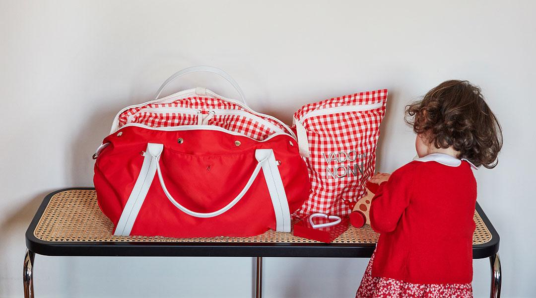 Borsa mamma Solferina e accessori  con bambina che gioca col prodotto